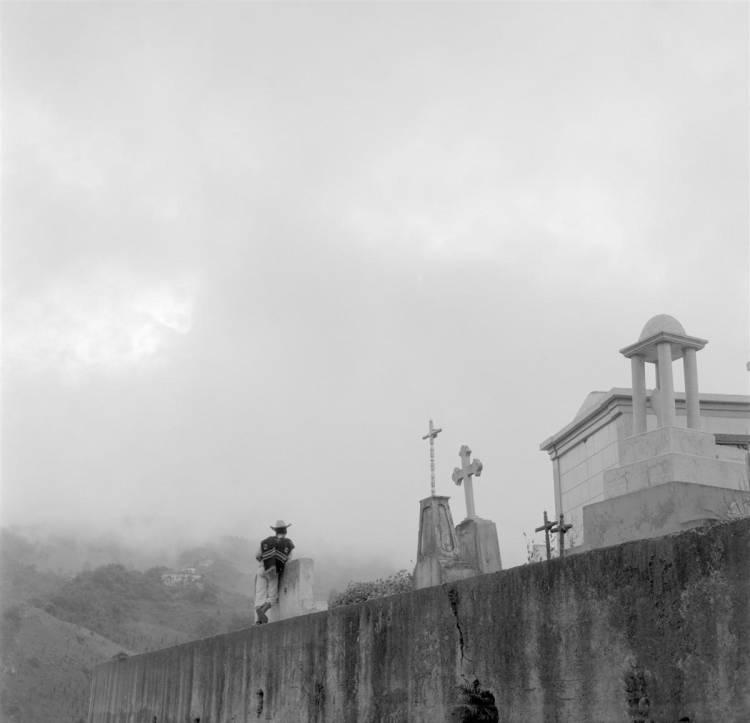Hombre de espaldas Panteón nubes neblina